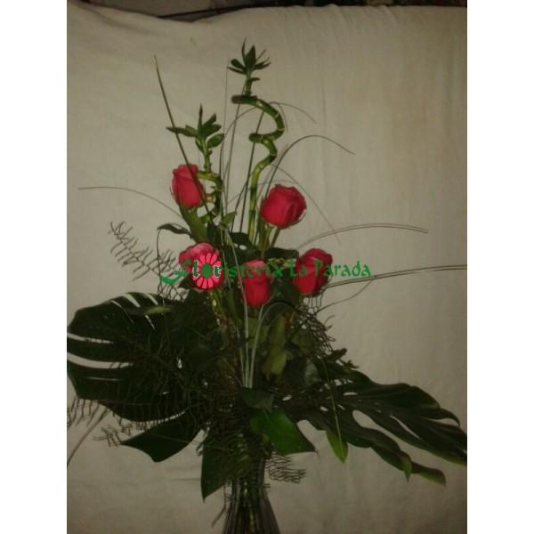 Ramo Diseño  de 5 Rosas Rojas